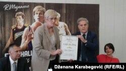 Razija Mujanović i član Upravnog odbora Košarkaškog saveza Mirsad Džonlagić koji joj je uručio priznanje