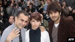 بهمن قبادی به همراه دو موسیقیدان فیلم «گربههای ایرانی»