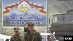 Похоже, Южная Осетия вступает в новый этап взаимоотношений с Москвой или, если угодно, новый этап интеграции в российское политическое пространство. Вольно или невольно она становится частью противостояния кремлевских групп влияния