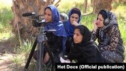 زنان عمدتاً خانهدار حاضر میشوند در این پروژه فیلمسازی همراه شوند و مراحل مختلف آمادهسازی صنایع دستی توسط زنان و فروش آنها را خودشان به فیلم بدل کنند.