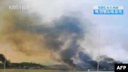 Дым над островом Йонпхендо после обстрела КНДР