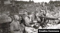 Полски войници източно от Варшава в очакване на комунистите.