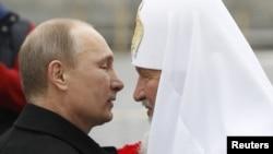 Президент Росії Володимир Путін (ліворуч) та глава РПЦ Кирило. Архівне фото