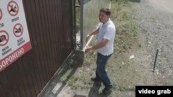 Никита Громыко пытается попасть на территорию собственного завода