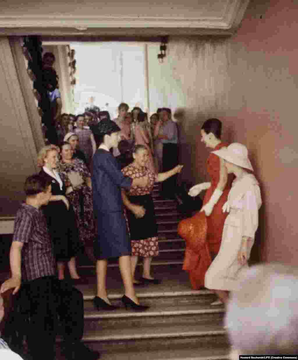 Сочурек запечатлел и простое общение француженок с советскими гражданами.