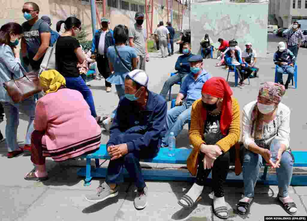 Bishkek residents wait for their turn to receive medical care near a hospital in the Kyrgyz capital. (epa-EFE/Igor Kovalenko)
