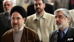 میرحسین موسوی (راست) در کنار محمد خاتمی
