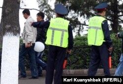 Полицейские стоят у памятника Абаю. Алматы, 28 апреля 2012 года.