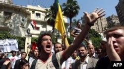 Қоҳирадаги Саудия элчихонаси олдида мисрликлар ўтказган норозилик намойиши, 2012 йил 24 апрел.