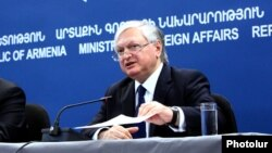 Armenia -- Armenian FM Edward Nalbandian and OSCE Chairperson in Office, Serbian FM Ivica Dačić at a joint press conference in Yerevan, 03June, 2015