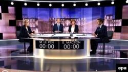 Марин Ле Пен и Эммануэль Макрон в начале теледебатов 3 мая