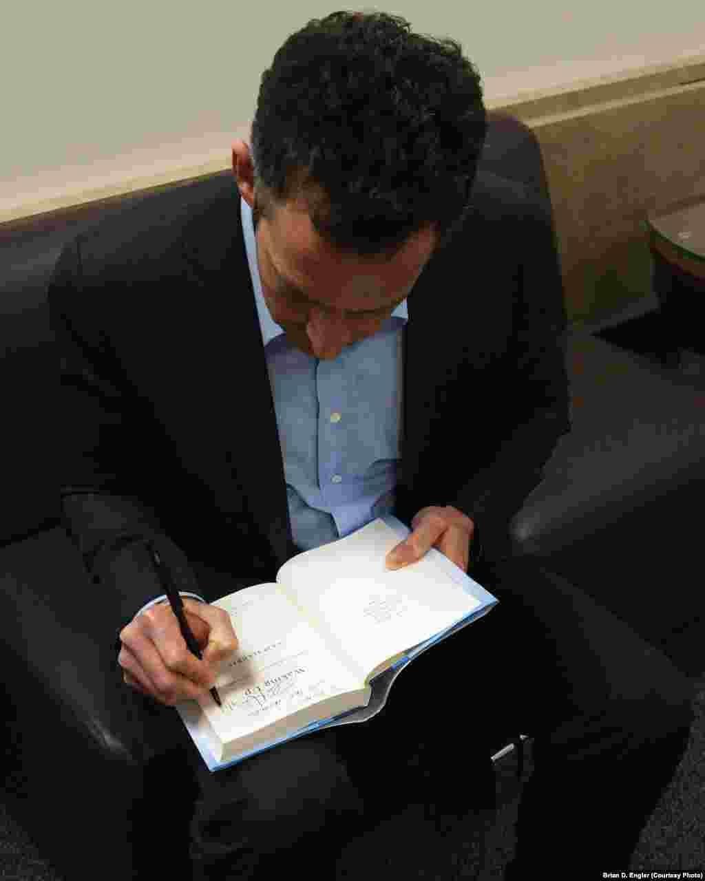 سم هریس در حال امضای کتاب جدیدش، «بیدار شدن»