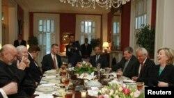 АКШ мамлекеттик катчысы Хиллари Клинтон кечээ ооган президенти Хамид Карзайды кечки сый тамакта кабыл алды.