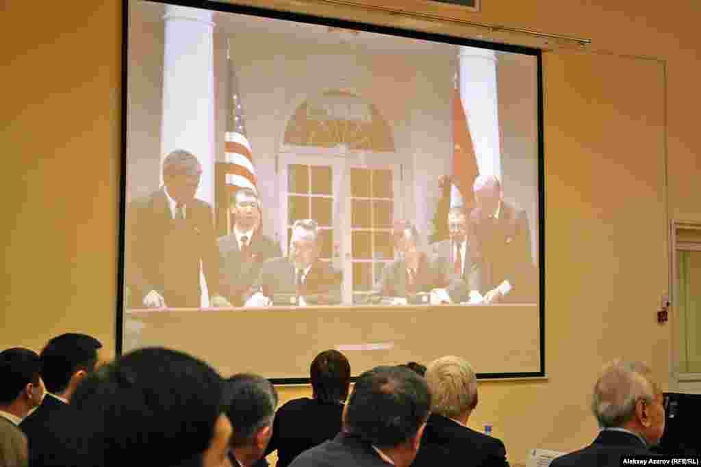 Свое поздравительное выступление по случаю 25-летия независимости Казахстана Марк Муди сопровождал демонстрацией фотографий об истории двухсторонних дипломатических отношений. На этом фото президенты Буш и Назарбаев подписывают договор в Белом доме в мае 1992 года.