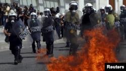 Полиция в Афинах под градом бутылок с зажигательной смесью...