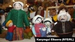 """Берлиндеги """"Базар"""" эл аралык жармаңкесиндеги кыргыз уздары жасаган куурчактар."""