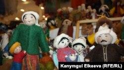 Берлиндеги көргөзмөгө коюлган кыргыз куурчактар