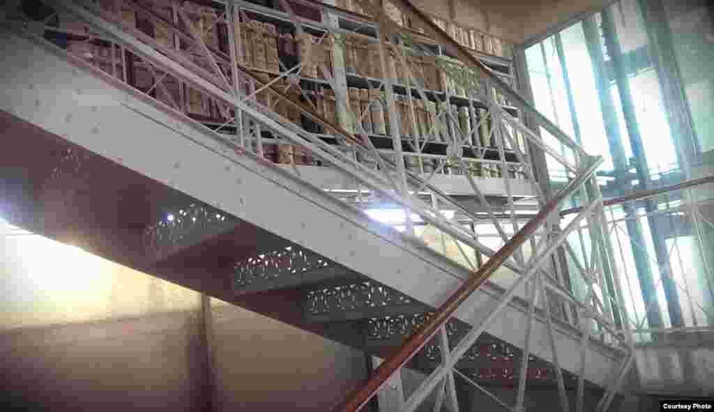 هر طبقه از این آرشیو به دو طبقه کوچکتر تقسیم شده است. که فضای بیشتری برای نگهداری اسناد فراهم می کرد.