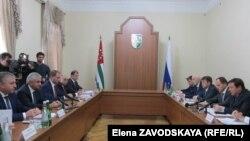 После завершения часовой беседы «с глазу на глаз» президент Абхазии и заместитель председателя правительства России провели совещание в «узком составе»