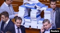 Опозиційні депутати вранці склали книжки зі зверненням Януковича на трибуні парламенту