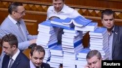Опозиція виклала на трибуну роздрукований варіант звернення Віктора Януковича до Верховної Ради і вимагає, щоб президент виступив особисто, Київ, 6 червня 2013 року