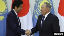 Јапонскиот премиер Шинзо Абе и казахстанскиот претседател Нурсултан Назарбаев.