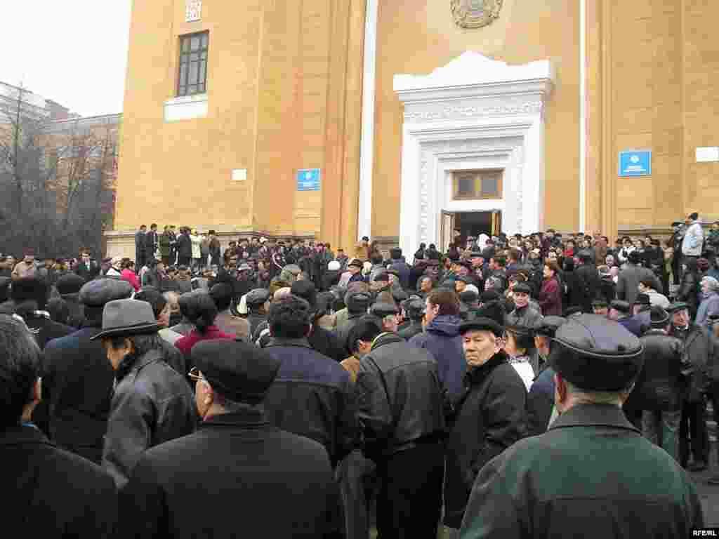 На похороны Нуркадилова 15 ноября 2005 года собрались тысячи людей. Алматы, 15 ноября 2005 года.