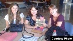 Ахэла Эсьпіноса (у цэнтры) на курсах «Мова нанова», якія яна ладзіла ў Гранадзе
