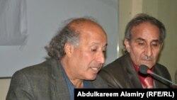 عبد الكريم كاصد (يسار) ومقداد مسعود في جلسة إستذكار الشاعر الراحل مهدي محمد علي بالبصرة
