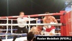 Казахстанский боксер Геннадий Головкин (справа) атакует британца Мартина Мюррея. Монте-Карло, 22 февраля 2015 года.