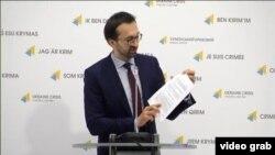 Сергей Лещенко документтерди көртөтүүдө. 21-март, 2017-жыл