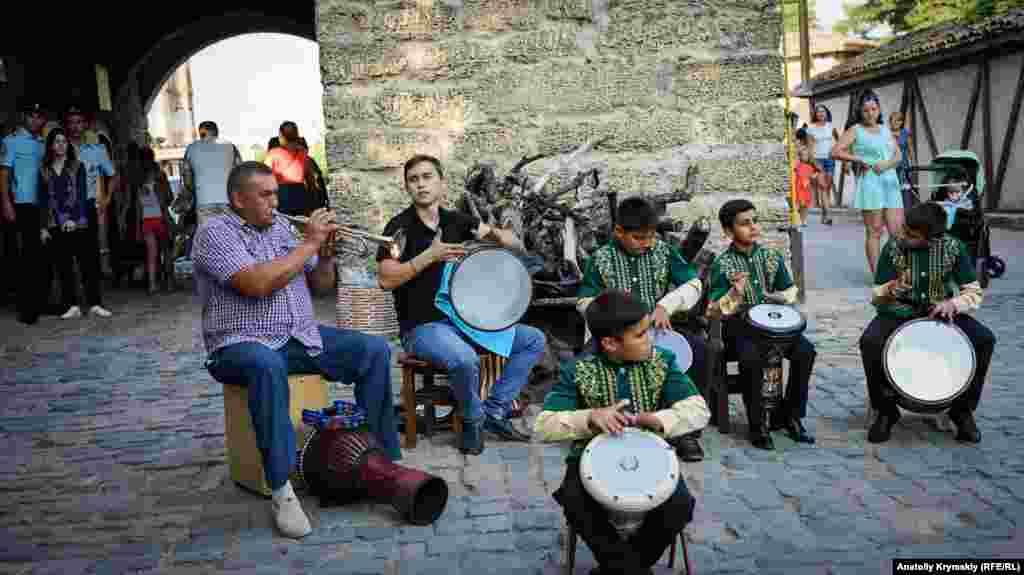 Уличные музыканты перед Восточными воротами крепости Гезлев