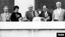 Тодор Живков (в средата) приветства участниците в манифестация на 9 септември 1989 г. на трибуната на мавзолея на Георги Димитров в София. До падането на режима остават два месеца.