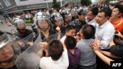 Китайская полиция сдерживает участников антияпонских выступлений, Шеньджень, 18 сентября 2012 года.