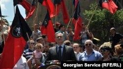 Место встречи со своими сторонниками и представителями СМИ грузинские лейбористы выбрали весьма символичное – у храма Метехи на набережной Куры, откуда, как на ладони, виден старый Тбилиси