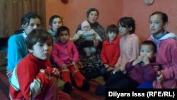 Қарлығаш Дәрібаева балаларымен бірге. Шымкент, 5 желтоқсан 2015.