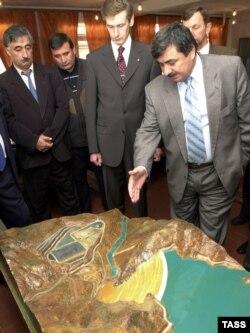 Тәжік шенеуніктері Рогун ГЭС-інің макетіне қарап тұр. Тәжікстан, 29 қазан 2002 жыл.