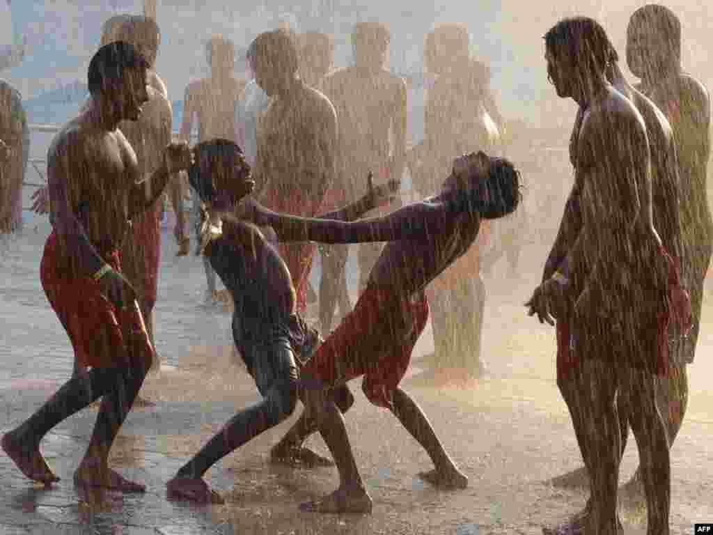 Жители Хайдарабада танцуют под дождем после засушливой погоды