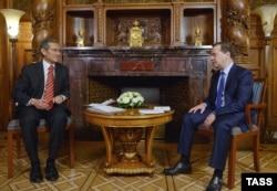 Қырғызстан премьер-министрі Жоомарт Оторбаев (сол жақта) ресейлік әріптесі Дмитрий Медведевпен кездесіп отыр. 1 желтоқсан 2014 жыл.