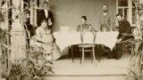 Петр Столыпин (крайний справа) на террасе поместья в Калнабярже, 1888 год