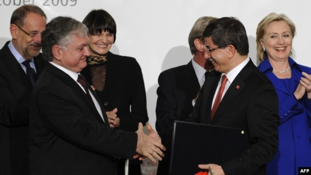 Switzerland -- Turkish Foreign Minister Ahmet Davutoglu (2ndR) and his Armenian counterpart Eduard Nalbandiana (2nd L) shake hands as they hold signed documents after a signing ceremony, Zurich, 10Oct2009