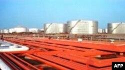 پالایشگاههای ایران تنها حدود شصت درصد نیاز کشور به بنزین را تولید میکنند. تصویری از پالایشگاه بندرعباس