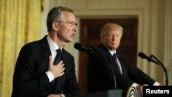 Генеральний секретар НАТО Єнс Столтенберґ (л) і президент США Дональд Трамп провели спільну прес-конференцію у Білому домі, 12 квітня 2017 року