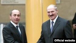 Быший президент Армении Роберт Кочарян (слева) и президент Беларуси Александр Лукашенко (архив)