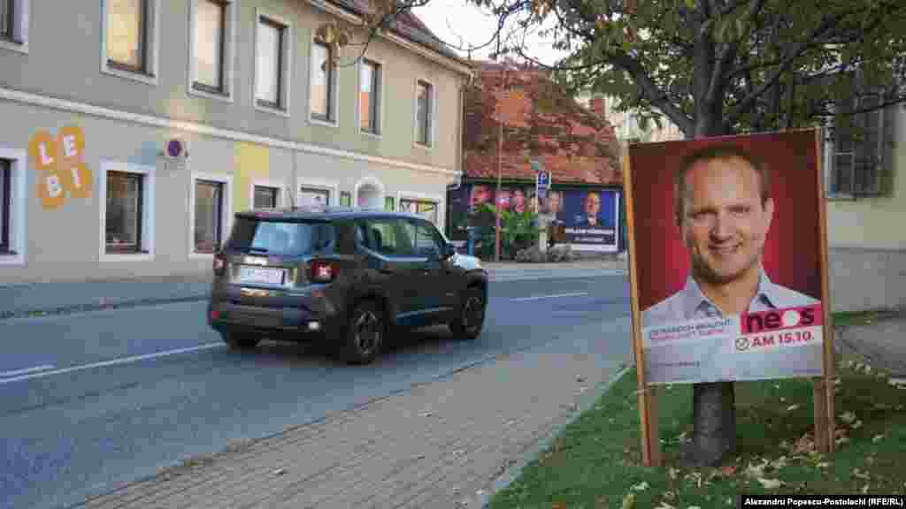 """""""Austria are nevoie de tempo și nu de tactică"""" - este lozinca Partidului """"Forumul Noua Austrie"""" (NEOS) și a liderului formațiunii, Matthias Strolz. Majoritatea panourilor electorale sunt mobile și ușor de demontat. Localnicii spun că toată publicitatea electorală este scoasă imediat după alegeri."""