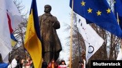 Мітинг біля пам'ятника Шевченку в Луганську навесні 2014 року