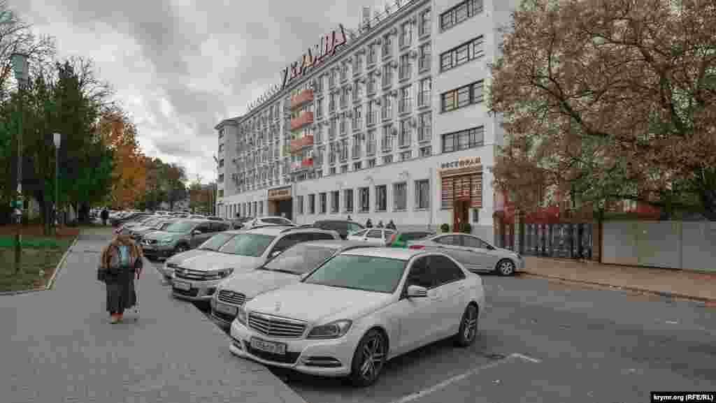 Автомобільна парковка біля готелю «Україна». У процесі реконструкції її планують ліквідувати