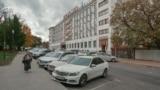 Автомобильная парковка возле гостиницы «Украина». В процессе реконструкции ее планируют ликвидировать