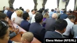 В зале суда, где слушается дело Серика Ахметова. Караганда, 28 июля 2015 года.
