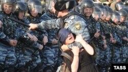 """Во время задержания активистки Александры Духаниной на акции """"Марш миллионов"""" на Болотной площади"""
